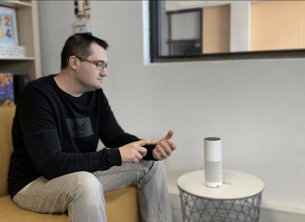 Richard effectue ici un test guidé sur les fonctionnalités d'une application mobile accompagnant son objet connecté.
